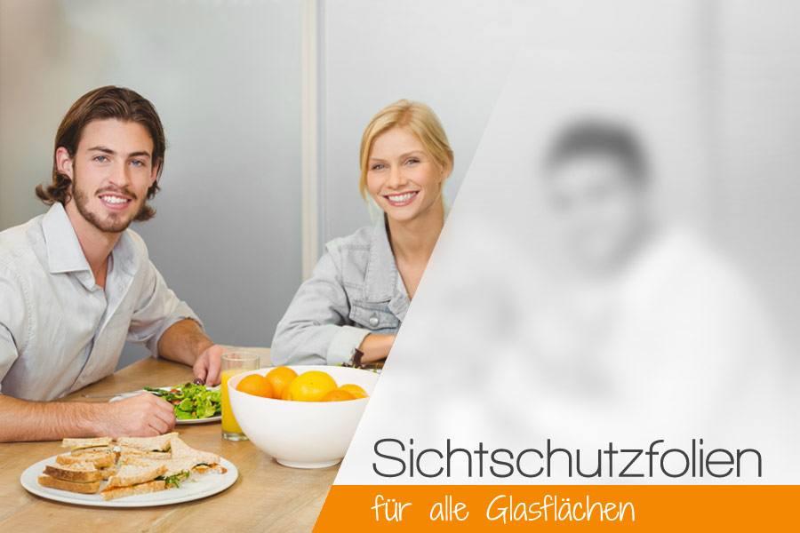 junge leute sitzen beim frühstück vor blickdichter glaswand mit milchiger sichtschutzfolie