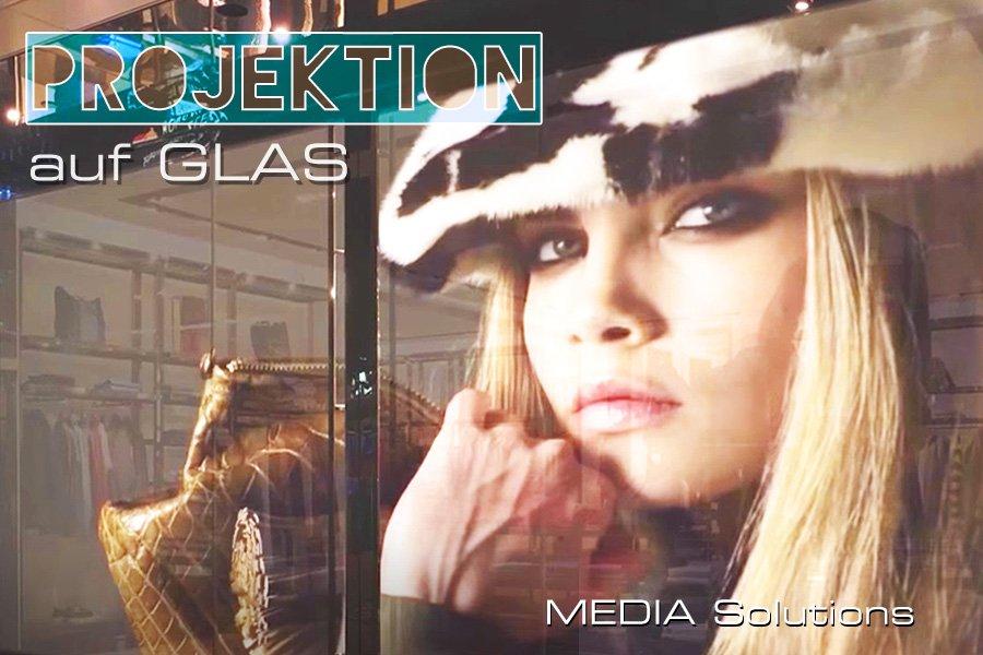 Projektion auf Glas mit Beamer in einem Schaufenster