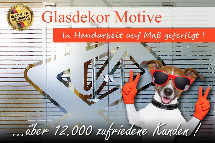 In einem Büro eingebaute mehrteilige Ganzglasanlage mit streifigem Glasdekor in moderner Sandstrahloptik