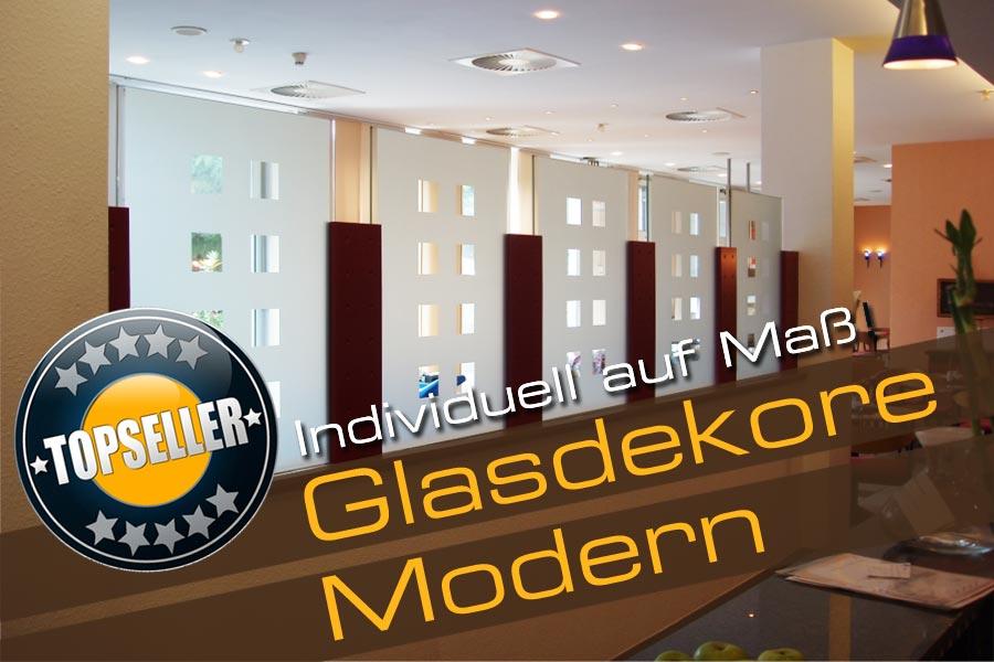 Modernes Glasdekor in Karooptik auf einem Raumteiler eines Hotels