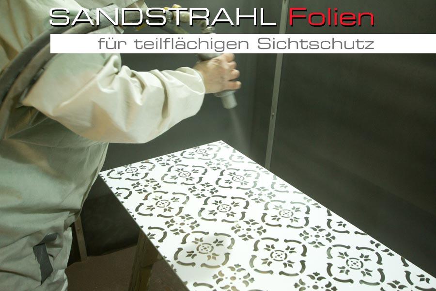glasscheibe wird mit aufgeklebter sandstrahlfolie mit motiv gesandstrahlt