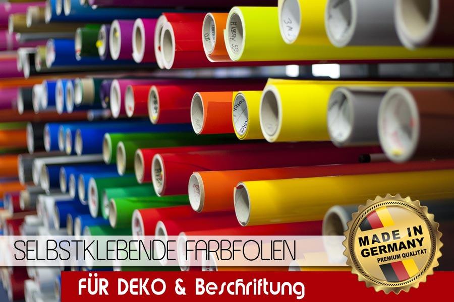 Folienlager mit ganzen Rollen glänzender farbiger Folie